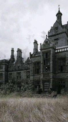 Old Abandoned Houses, Abandoned Castles, Abandoned Mansions, Abandoned Buildings, Abandoned Places, Building Aesthetic, City Aesthetic, Spooky Places, Haunted Places