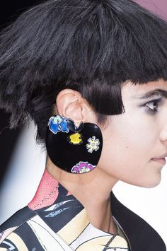 Giorgio Armani at Milan Fashion Week Spring 2018 - Details Runway Photos Armani Jewellery, Jewelry Trends 2018, Fashion Accessories, Fashion Jewelry, Milan Fashion Weeks, Jewelry Making Tutorials, Cool Costumes, Luxury Jewelry, Fashion Pictures