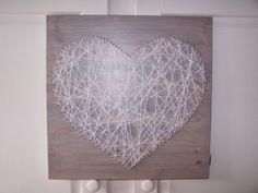 Houten memobord van hout en spijkers met draad