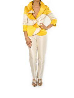 Modelo: Casaco gola folho Cor: Amarelo / Cru