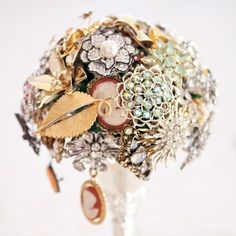 20 Chic Brooch Wedding Bouquets (with DIY tutorial) | Deer Pearl Flowers