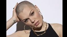 Pop Star Jessie J The most famous pop celebrity head shave of all. At least her's was for comic relief Britney! Jessie J, Pitch Perfect 2, My Beauty, Beauty Hacks, Beauty Tips, Bald Look, Shave Her Head, Bald Girl, Widow's Peak