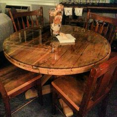 Solid wood base, cable spool topped with glass. Furniture Dining Table, Dining Room Table, Rustic Furniture, Modern Furniture, Furniture Design, Wooden Decor, Rustic Decor, Rustic Design, Cable Drum Table