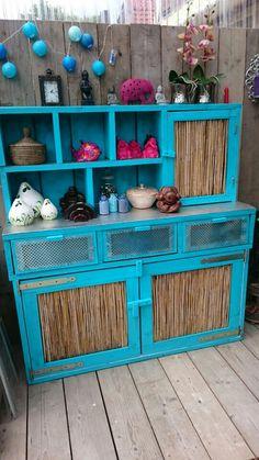 Kast gemaakt van restant steigerhout, bamboe uit eigen tuin en restjes van radiator voorzetplaat. Traanplaat op de liggende gedeeltes nieuw gekocht