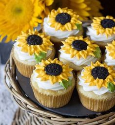 Sunflower cupcakesThese cheerful sunflower cupcakes just make me smile! Especially because the cupcakes are lemon flavor – yum. The homemade cupcakes are Cupcake Recipes, Cupcake Cakes, Dessert Recipes, Fun Recipes, Dessert Food, Sunflower Cupcakes, Sunflower Cake Ideas, Sunflower Party, Sunflower Birthday Cakes