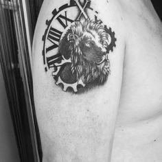 Tatouage tête de lion et montre façon réaliste