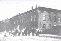 Het weeshuis van Den Helder aan de Kerkgracht ± 1900. Het is gebouwd in 1851. Later is het verbouwd tot stadhuis. Nu wordt het gebruikt door verschillende bedrijven.