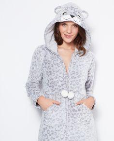Transformez vous en ourson sans vous prendre au sérieux dans cette combinaison ultra douce!   • Combinaison  • Capuche oreilles • Ourson • Fermeture éclair  • 2 poches  • Le mannequin mesure 176cm et porte une taille S/36 Pyjamas, Fuzzy Robe, Boutique Lingerie, Cute Pajamas, Pajama Party, Mannequin, Women Lingerie, Bag Accessories, Hooded Jacket