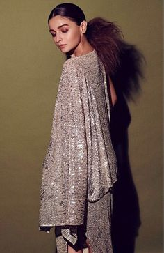 Alia Bhatt Dons A Disco Ready Glittery Outfit As She Attends Vogue Beauty Awards 2019 - HungryBoo Bollywood Celebrities, Bollywood Actress, Alia Bhatt Photoshoot, Minimal Makeup Look, Vogue Beauty, Vogue India, Beauty Awards, Bollywood Stars, Pakistani Dresses