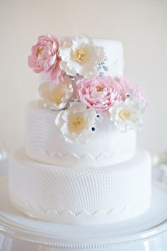 White Cake with Cascade Flowers, ideal for Southern Weddings