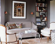 Grey walls, light grey sofa, white chairs. Living Room Furniture, Home Furniture, Painting Bookcase, Sofa Inspiration, Grey Walls, Gray Rooms, Dark Walls, Room Colors, Wall Colors