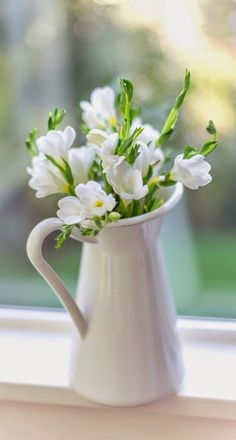 Flowers in a vase. Flowers Nature, My Flower, White Flowers, Flower Art, Beautiful Flowers, Beautiful Flower Arrangements, Floral Arrangements, Freesia Flowers, Design Floral