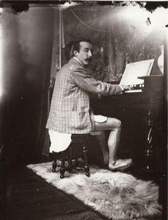 Altijd maar kwasten gaat je niet in de koude kleren zitten. Dus hop broek uit en pingelen, du moment dat een fotograaf het huis met haard betreedt. retronaut.co/2012/04/paul-gauguin-playing-the-har…
