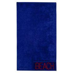 Toalla de playa mullida y absorbente realizada en algodón 100%. Con prácticos bolsillos con cierre de cremallera, motivo bordado de texto sobre un fondo liso acabado en suave velour, es perfecta para llevar a la playa o la piscina.
