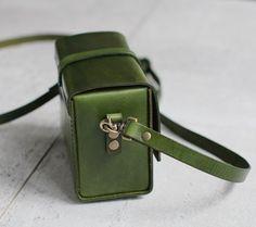 Elegante caja de cámara Handstitched cuero verde por EarthyLeather