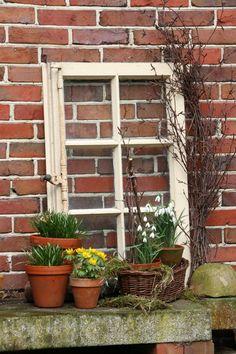 Altes Fenster als Deko-Objekt im Garten