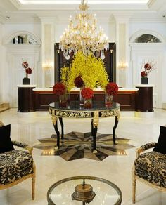 A boutique beauty on Wilshire Boulevard, Beverly Hills Plaza Hotel features a stunning lobby with breathtaking flower arrangements, and impressive antique furniture