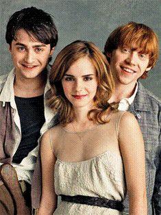 Daniel Radcliffe (Harry Potter) , Rupert grint (Ron Weasley) and Emma Watson (Hermoine Granger). Harry Potter Tumblr, Harry Potter Hermione, Harry Potter World, Hermione Granger, Memes Do Harry Potter, Magia Harry Potter, Mundo Harry Potter, Ron And Hermione, Harry Potter Love