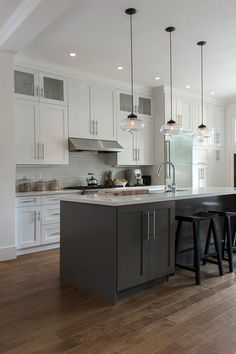 Two-tone kitchen cabinets that will take off in 2019 - Kitchen Remodel Grey Kitchens, Cool Kitchens, Two Tone Kitchen Cabinets, White Cabinets, Upper Cabinets, Shaker Cabinets, Kitchen Cabinetry, Two Toned Kitchen, Cabinets Direct