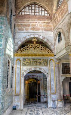 """Topkapı Sarayı Harem Giriş Kapısı.. Kapıya meşkedilmiş Ahzab Sûresinin 53. âyetinin baş kısmı; """" Ey îmân edenler! Peygamberin evlerine size izin verilmedikçe (veya davet edilmedikçe) girmeyin."""""""