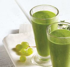 1 cup (160 g) green grapes  1/2 cup (78 g) pineapple chunks  2 cups (60 g) fresh spinach, packed  1/2 ripe banana, peeled  1/2 cup (120 ml) water  1/2 cup (120 ml) ice cubes