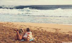 анимация две девушки смотрят на волны моря - Море анимация - Галерейка