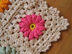 Color 'n Cream: Flower Square Tutorial III. ☀CQ #crochet #grannysquare http://www.pinterest.com/CoronaQueen/crochet-granny-squares-and-motifs-corona/
