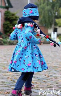 """Jersey """"Birds Karneval"""" kombiniert mit Jersey """"Basic Love"""" und Bommelborte """"Big Pompom"""", sowie Stretch-Lederimitat """"Lorina"""" genäht wurde ein """"Ballerina-Kleid"""" von AnniNanni - Drehkleid - Ballerinakleid - Nähen für Kinder - Mädchen - Herbst/Winter - eBook & Stoff - Glückpunkt."""