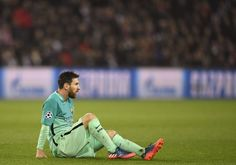 Barcelona's Argentinian forward Lionel Messi sits on the pitch during the UEFA Champions League round of 16 first leg football match between Paris Saint-Germain and FC Barcelona on February 14, 2017 at the Parc des Princes stadium in Paris. . / AFP / CHRISTOPHE SIMON
