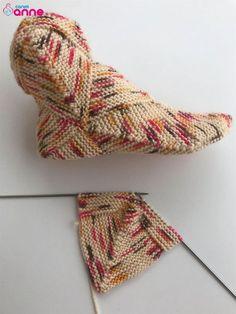 Bulmaca karesi çorap modeli yapılışı - Canım Anne Knitted Socks Free Pattern, Knitting Patterns Free, Free Knitting, Baby Knitting, Crochet Patterns, Knitted Booties, Crochet Slippers, Diy Crochet Projects, Sewing Projects