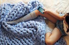 Você já ouviu falar no tricô gigante? A designer ucraniana Anna Mo tem feito o maior sucesso com esta novidade.