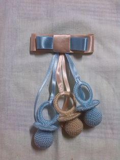 Chupetes de crochet en azul celeste y beige.