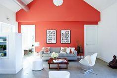 Salon blanc avec un mur rouge