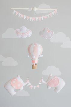 Rosa y blanco caliente aire globo bebé móvil, viajes elefante vivero decorado. Un poco de globo aerostático y elefantes bebé dos cuelgan de una clavija de madera. El globo pequeño es montado con dos telas diferentes de coordinación y adornado con arcos del satén atada mano y