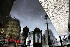 Christophe Jacrot lives and works in Paris. He started his photographic career with Paris sous la pluie (Paris in the rain)€, for which a . Rain Photography, Street Photography, Christophe Jacrot, City Rain, Under The Rain, French Photographers, Zoom Photo, Art Themes, Urban Life