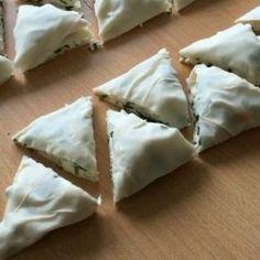 Nefiss crispy triangular pies Moreover, very practical, 3 pieces yufka 1 - Ramadan Desserts, No Bake Desserts, Bulgarian Recipes, Turkish Recipes, Cute Food, Yummy Food, Pizza Pastry, Turkish Breakfast, Turkish Kitchen