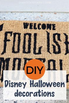 Halloween craft and DIY projects you can make yourself at home! Lots of different Disney DIY Halloween decor and projects. Disney Halloween Parties, Disney Halloween Decorations, Mickey Halloween, Love Decorations, Disney Halloween Costumes, Halloween Crafts, Disney Crafts For Adults, Disney Diy Crafts, Disney Thanksgiving