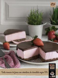 Tarta mousse de fresa con cobertura de chocolate negro 70%