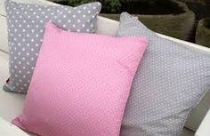 roze kussens voor op de bank