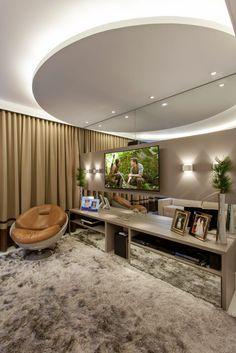 Busca imágenes de diseños de Salas de entretenimiento de estilo moderno en beige de Arquiteto Aquiles Nícolas Kílaris. Encuentra las mejores fotos para inspirarte y crea tu hogar perfecto.