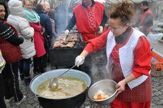 У рамках відзначення в центрі міста над Латорицею встановили невеликі намети з смаколиками. Тут ви можете знайти, традиційні для цього дня страви, а саме: Гусяча поливка - 40 грн. Стейк - 45 грн. Колбаски - 35 грн. Печені яблука - 20 грн. Печені овочі - 30 грн.