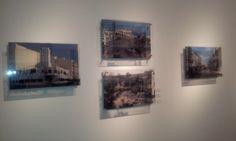 """""""Arquitecturas. La ciudad vieja y la nueva""""!, a un lado y otro de la sala, imágenes de la antigua ciudad que Gabriela conoció frente a cómo se está transformando en la actualidad."""