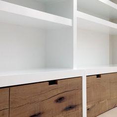 Deze boekenkast is op maat gemaakt. Er zijn 6 cm dikke staanders en 6 cm dikke legplanken gebruikt voor een robuust karakter. De kast staat in zijn geheel strak tegen de muur aan. De voorkanten van de rolbakken zijn gemaakt van prachtige oude eiken balken. Built In Media Center, Built In Dresser, Under Stairs, Tv Unit, Home Living Room, Hearth, Master Bedroom, Shelves, Interior