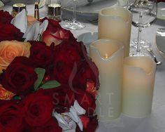 trandafiri si lumanari pentru decorul mesei de nunta