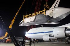 The #Endeavour being lifted off its carrier plane at LAX. Credit: Bryan Chan / Los Angeles Times