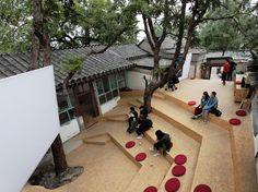BaO architects installs a pop-up amphitheater inside a beijing hutong