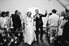 noiva do casamento 63 igreja e do noivo andando pelo corredor com bubbles.JPG