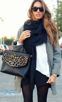un manteau gris, une grosse écharpe, un sac avec un détail imprimé qui fait la différence. Ca évite le total look noir!