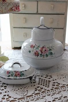 Chipped Yet Pretty / Enamelware Vintage Dishes, Vintage Kitchen, Vintage Items, Enamel Cookware, Enamel Ware, Vintage Enamelware, Romantic Homes, Vintage Antiques, Tea Pots