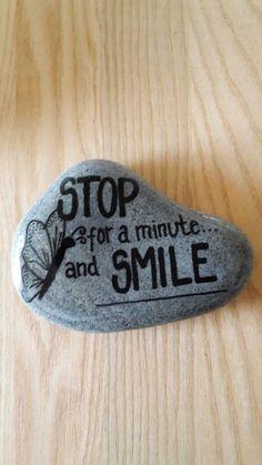 """Citat skrevet på sten med posca tusser  """"Stop for a minute and smile"""""""